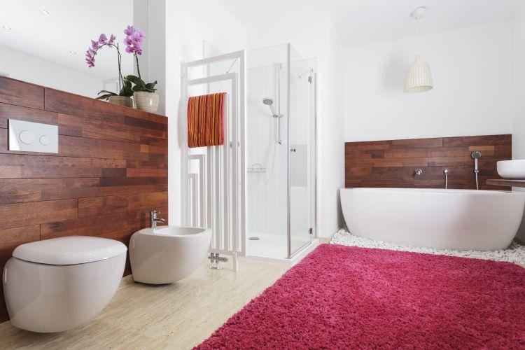 bathtub-red-rug-bathroom-flowers-shower-wood