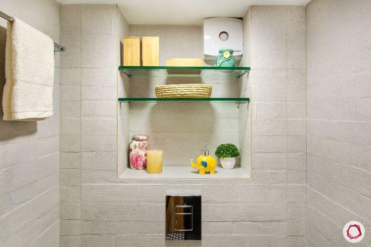 white-tiles-mirror-niche-wall-towel