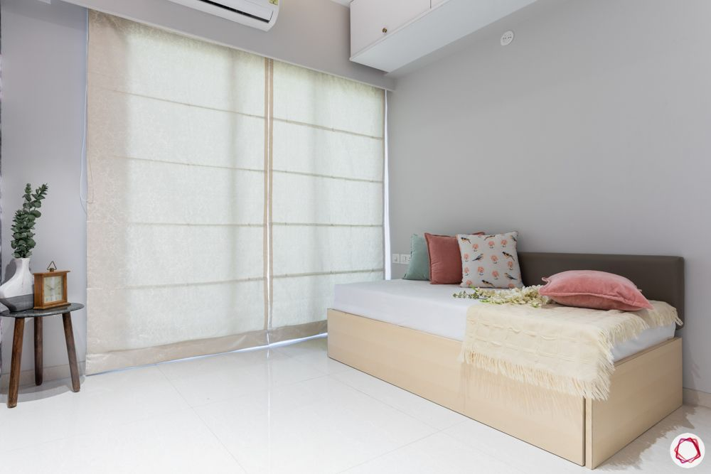 sheer-blinds-bed-pillows