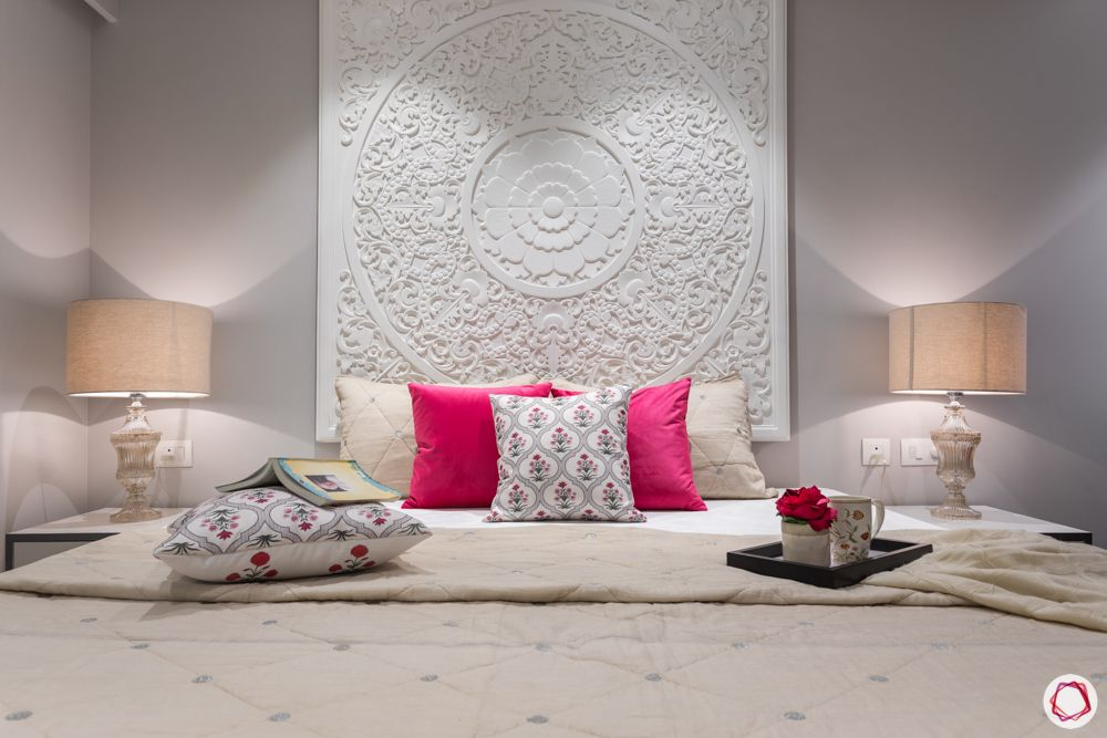 white-pop-headboard-hanging-table lamps-pink pillows