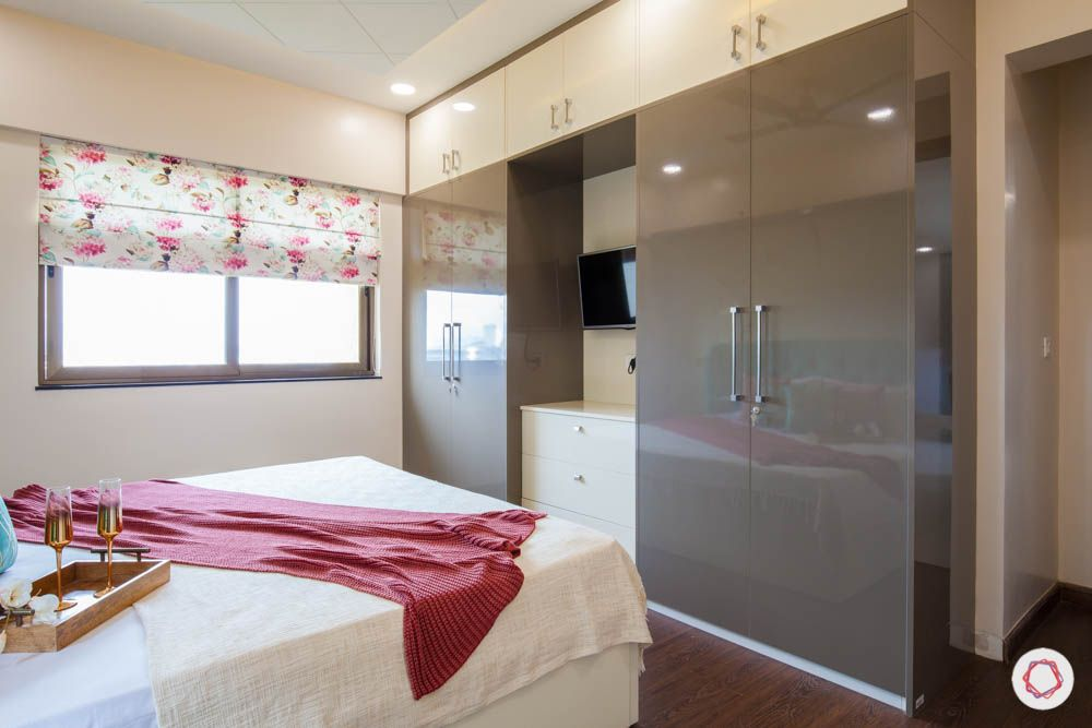2-bhk-home-design-livspace-pune-master-bedroom-glossy-wardrobes