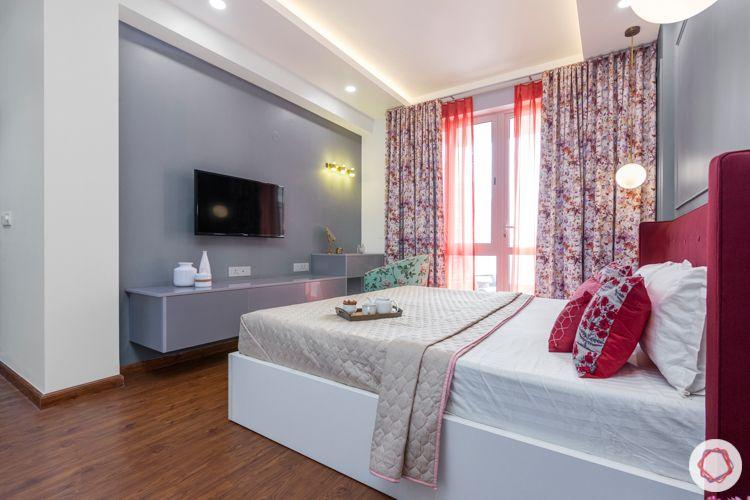2-bhk-home-design-master-bedroom-glossy-tv-unit