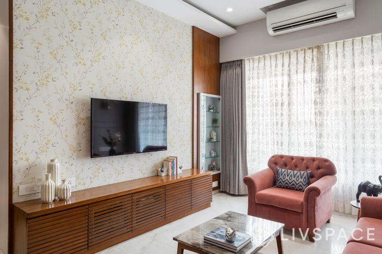 small-living-room-design-spaced-out-furniture-wallpaper-light-curtains