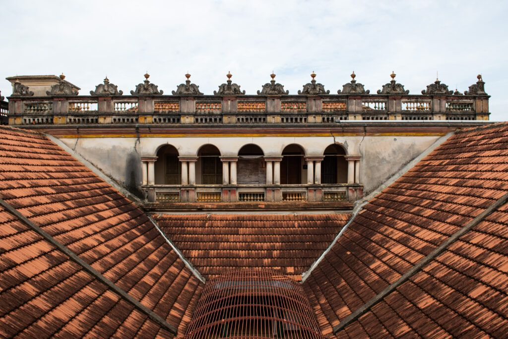 chettinad house-courtyard-tiled roof-pillars