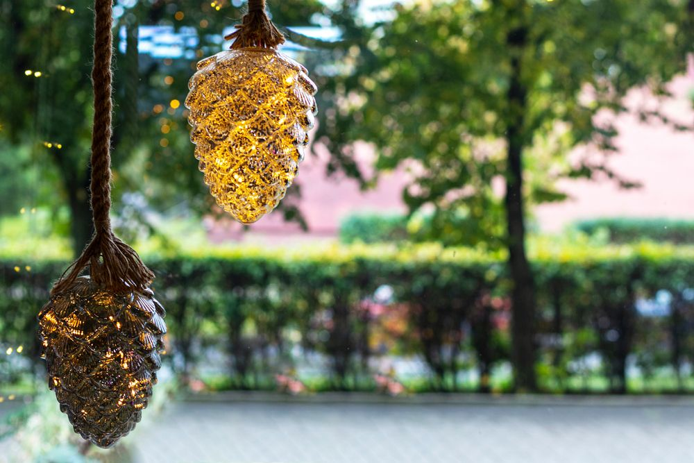 Christmas decorating ideas-golden pinecones-hanging pinecones