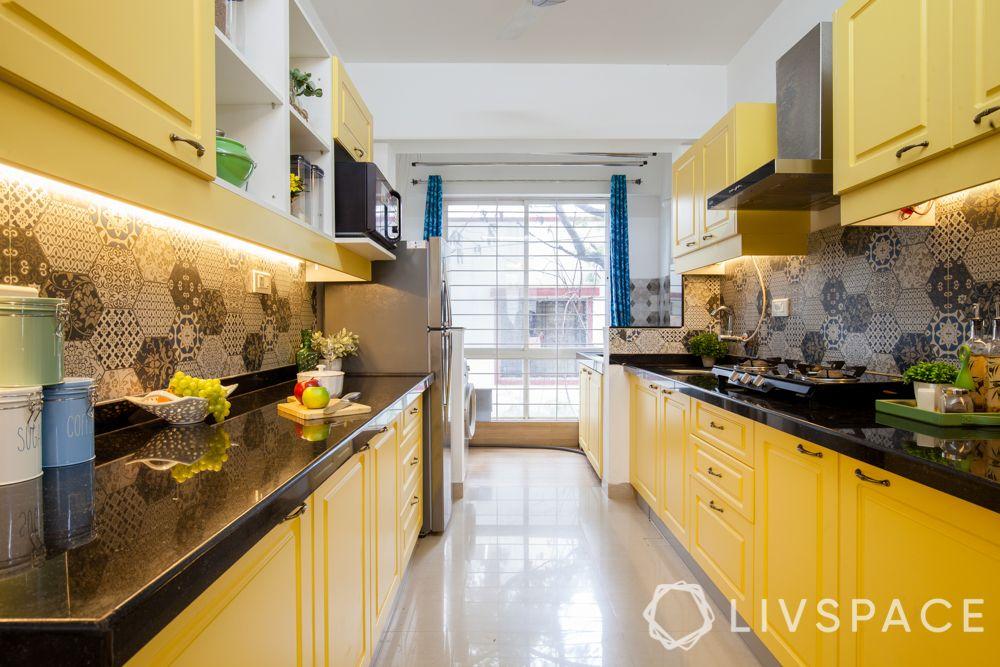 small kitchen design Indian style-yellow cabinets-backsplash-lighting