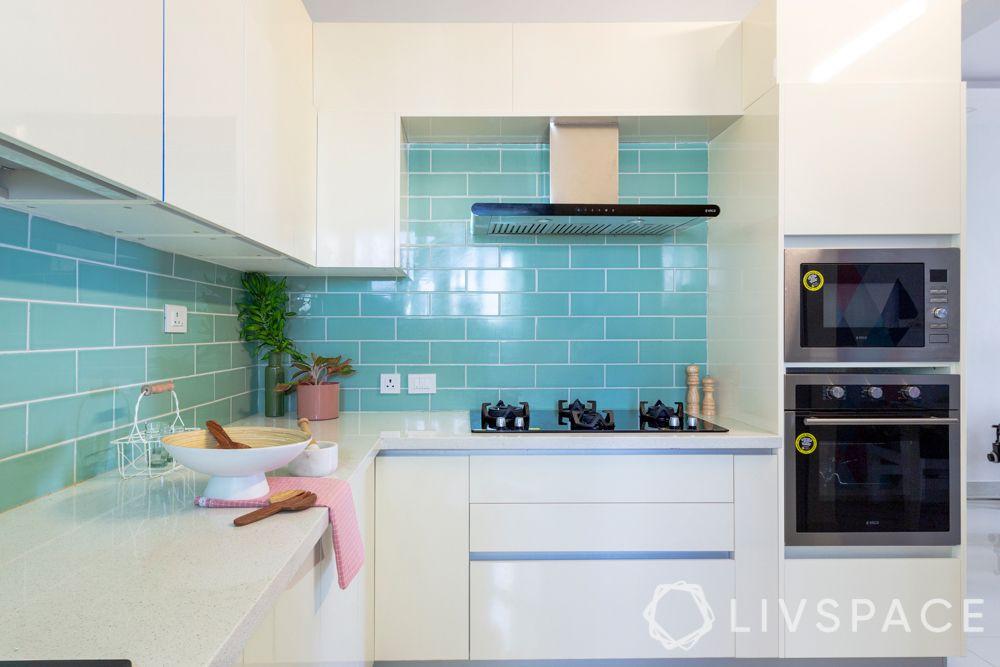 modular-kitchens-l-shaped-layout-blue-backsplash