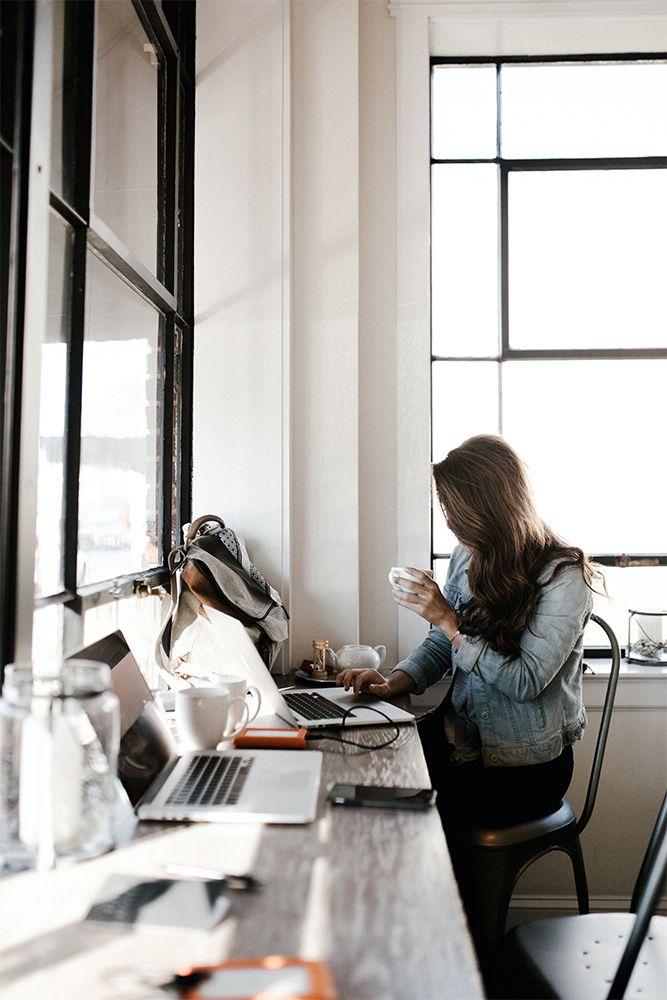 minimal home-minimalism-millennial lifestyle-woman working