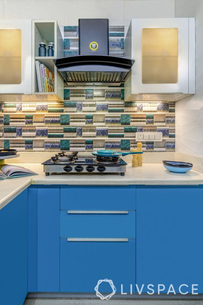 small-kitchen-interior-blue-backsplash-hob-chimney-open-unit