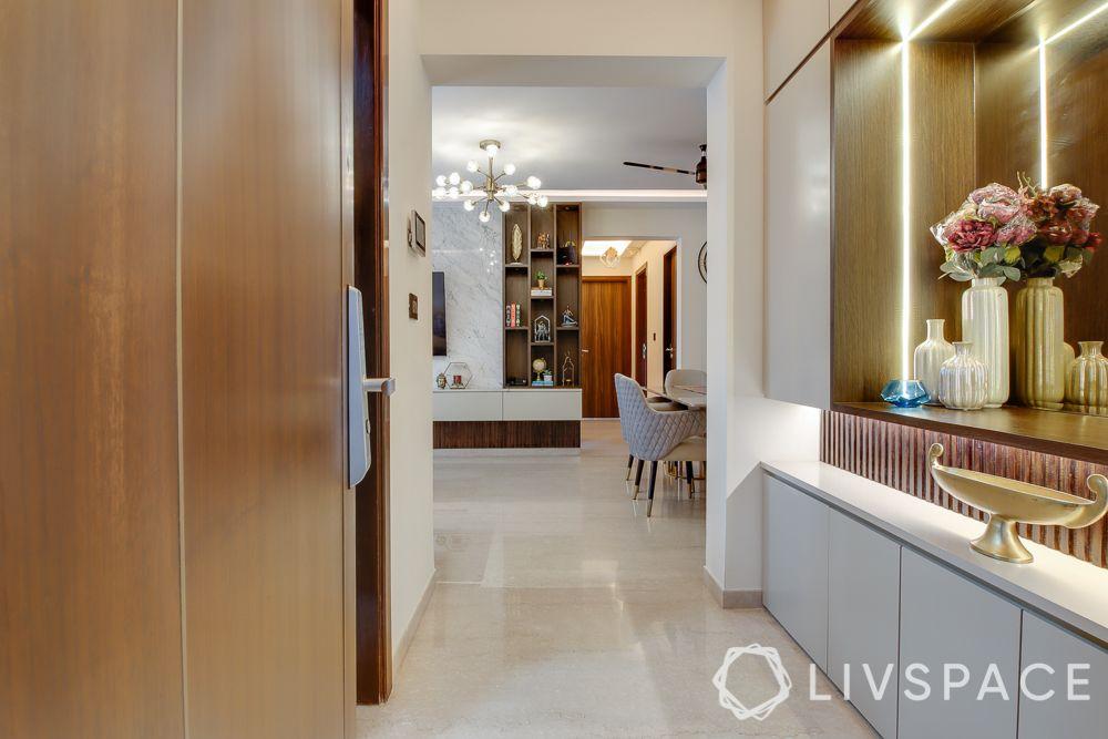 hometour-apartment-in-mumbai-foyer-white-wood-storage