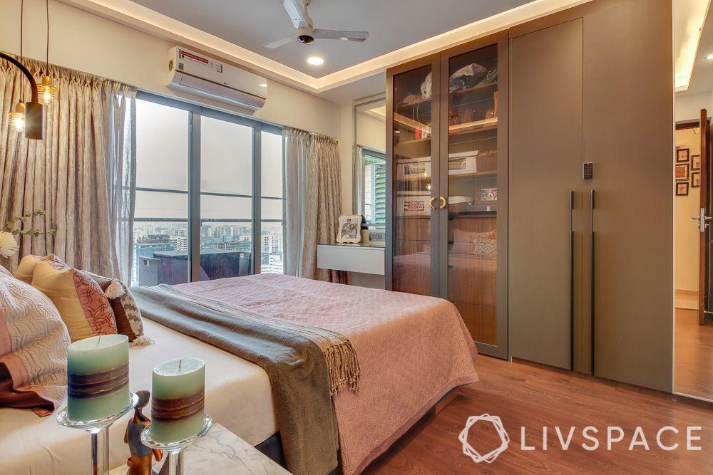 hometour-apartment-in-mumbai-bedroom-grey-wardrobes-flass-shutters-white-dresser