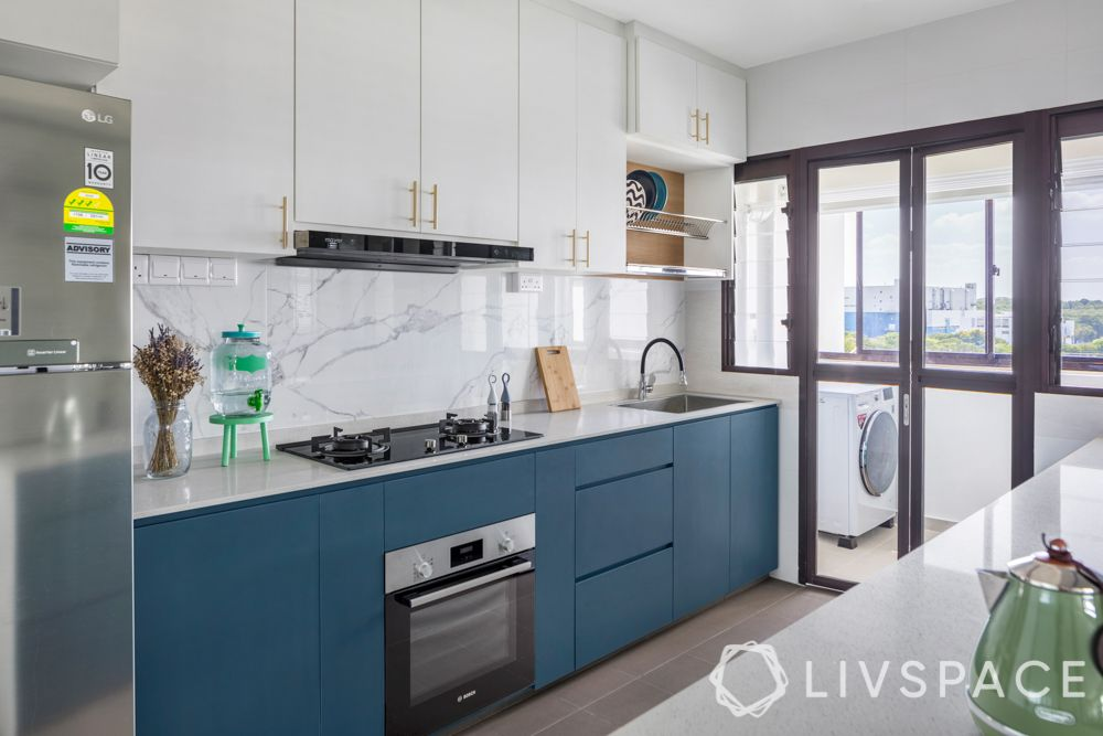 modular-kitchen-design-marble backsplash-blue cabinet-chimney designs