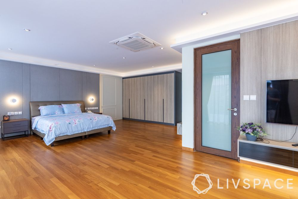 landed-house-design-master-bedroom-wooden-flooring-wall-lamps